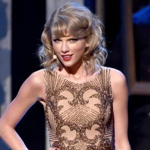taylor-swift-on-stage-at-the-american-music-awards-20145-1416793034-custom-1